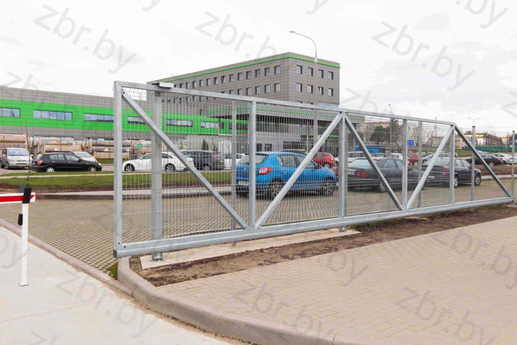 Фотография откатных ворот с 2D-сеткой произведённых в Сталь ТМК